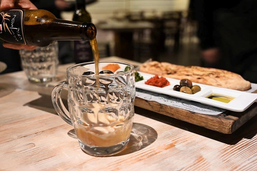 פוקצ'ה עם מטבלים ובירה עשויה במקום. צילום איריס לוי