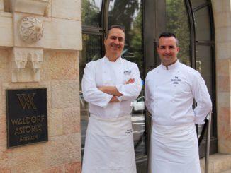 שף פרדריק לארקמין (מימין) עם שף איציק מזרחי-ברק – תצוגת תכלית גסטרונומית משולבת בוולדורף אסטוריה ירושלים