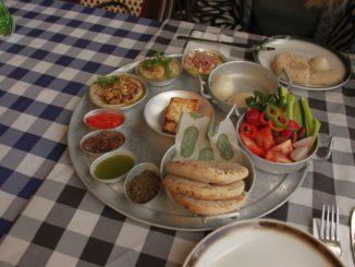 ארוחת הבוקר של סבתא היא ארוחת בוקר ערבית המוגשת במגש ענק ועליו שפע דברים טובים וטעימים. צילום איילת קרבצקי