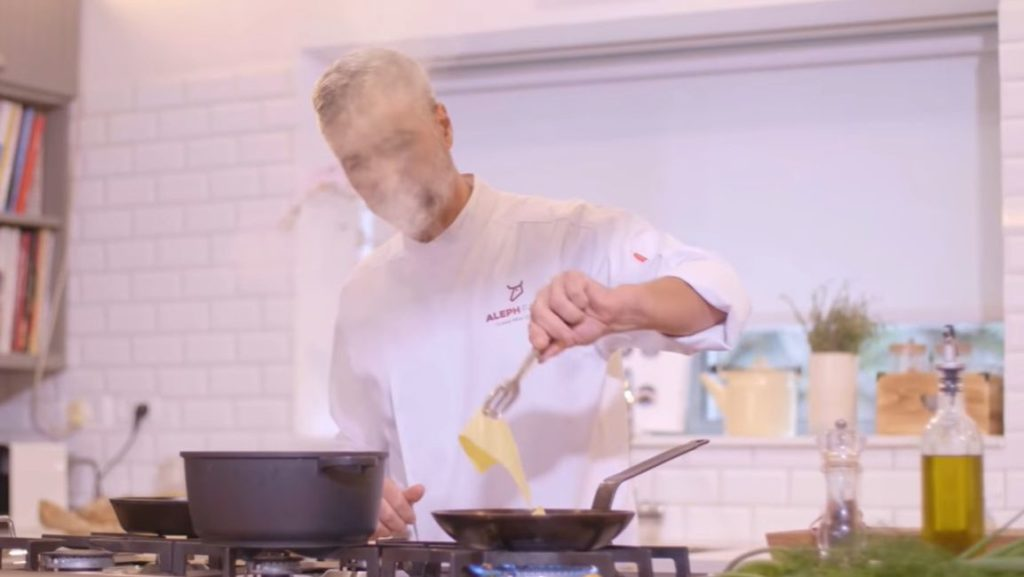 השף אמיר אילן מכין סטייק מבשר שגודל במעבדות חברת ההזנק Aleph Farms. צילום מיוטיוב