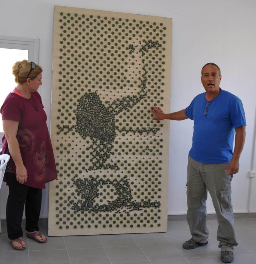 דליה מטמון יצרה את התמונה של דוד בן גוריון עומד על הראש מחלקי טפטפות. צילום איריס לוי