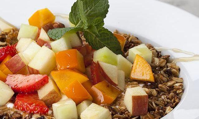 להכנת המוזלי יוצקים יוגורט לכלי הגשה. מניחים מעל את סלט הפירות ומעל את הגרנולה ומזליפים מעט סילאן