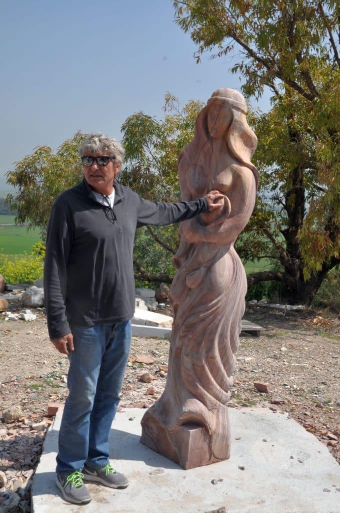 גדי פריימן – המקשיב לאבנים. צילום איריס לוי
