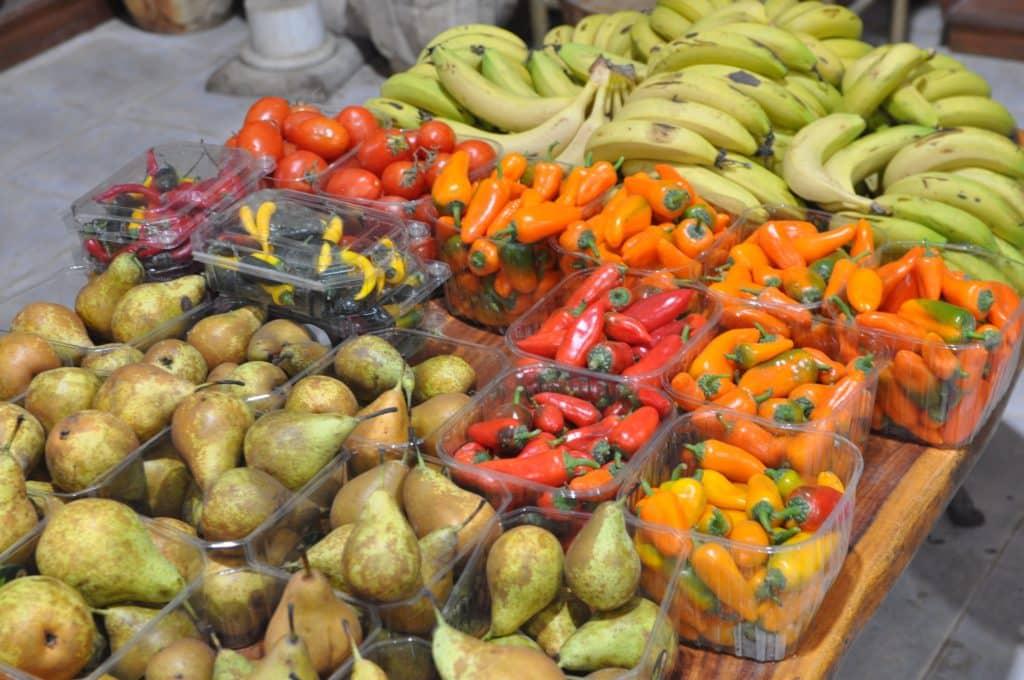 מעל 320 סוגים של פירות מכל העולם ו-100 סוגי ירקות. צילום איריס לוי
