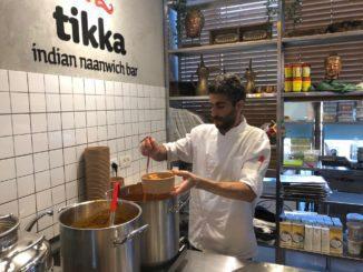דוכן שמציע מטבח הודי בשרי עשיר בטעמים, ריחות ותבלינים מהודו, וליתר דיוק מומבאי. צילום פאפא רצי
