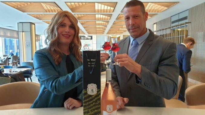 בתמונה ליאור כהנא מנהל מזון ומשקאות הילטון תל אביב עם ורד בן סעדון בעלת יקב טורא. צילום מוטי ורסס