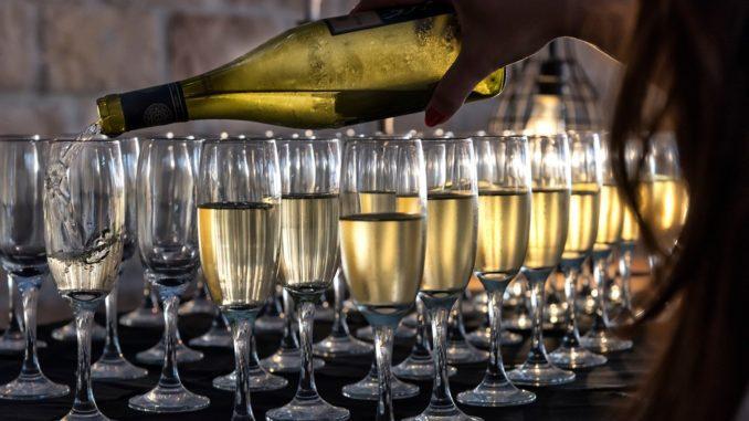 היין הלבן ולצדו הרוזה הצוננים הפכו לחברים הטובים של הקיץ. הצריכה גדלה והיקבים מגדילים את שטח כרמי הזנים הלבנים. לחיים! צילום איל גוטמן