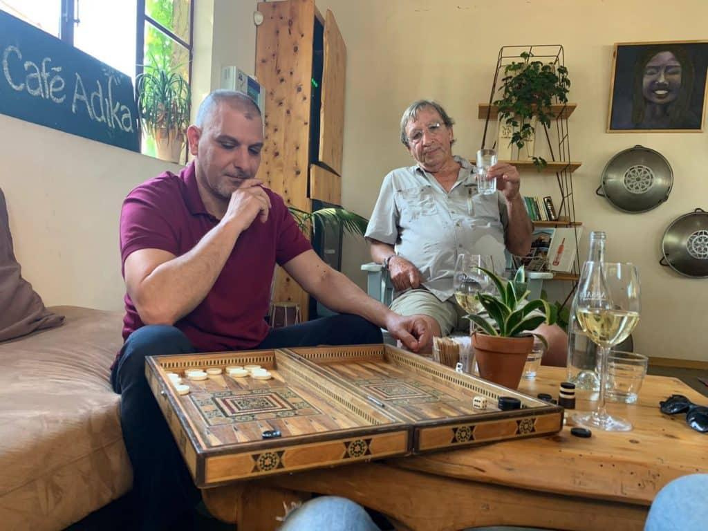 אלון גונן בדיון מעמיק על סוגיות יין עם אסף קדם. צילום דנאל יפה
