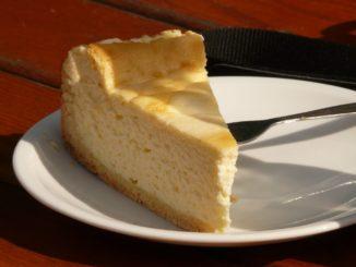 מניחים את התבנית בכלי גדול יותר המלא במים עד שליש מהתבנית (כך העוגה לא תצנח) ואופים בתנור בחום של 180 מעלות במשך 40-50 דקות או עד קבלת צבע זהוב. צילום אלונה פארי
