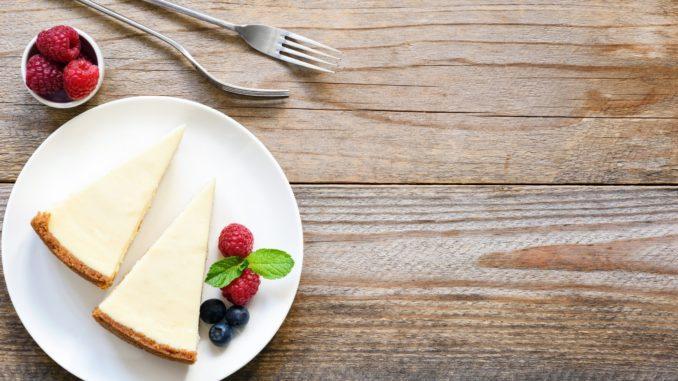 בסיום האפייה לערבב היטב את מרכיבי הטופינג. לצקת על העוגה ולצנן היטב. צילום shutterstock