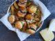 מוציאים את הפטריות והגבינה ובונים את ההמבורגר – בצל, עגבנייה, פטריות עם גבינה ומלפפון כבוש
