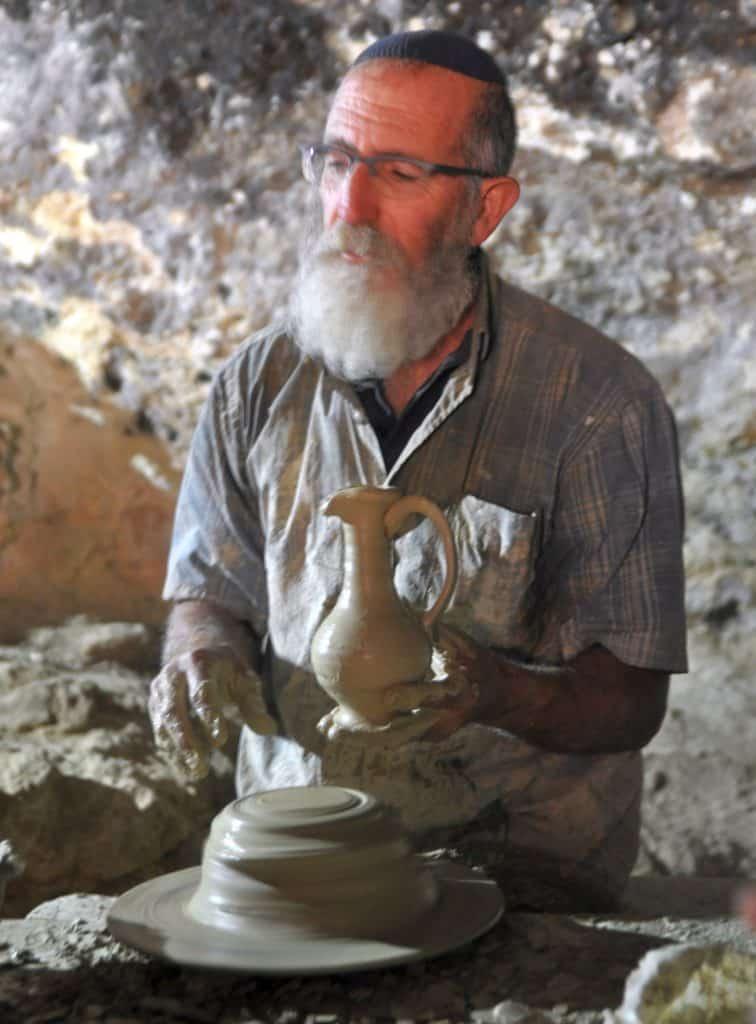 הקדר בסוסיא יוצר כלים בדרך המקראית. צילום איריס לוי