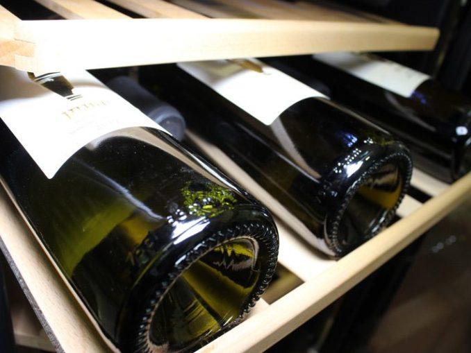 כל חובב יין ישמח לקבל במתנה מקרר יין - מתנה יוקרתית ואיכותית אשר תהפוך למאוד מוערכת על ידי אנשים שאוהבים לשתות יין
