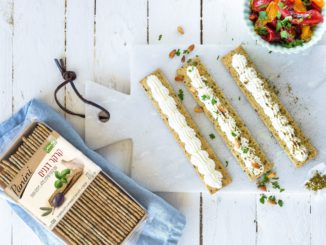 שמים את גבינת השמנת בתוך שקית זילוף ומזלפים על הקרקרים. זורים מעל מעט זעתר, פטרוזיליה וצנוברים. צילום אלי סגל