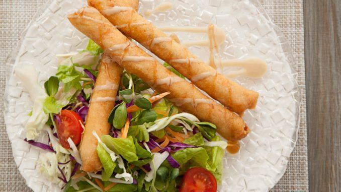 להכניס את הרולים לתנור למשך כ-15 דקות עד שמשחימים. לעיטור המנה מוצע לזלף טחינה או סילאן לפי הטעם. צילום אלעד גוטמן