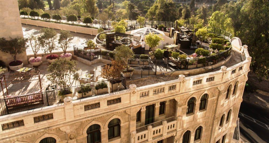 Garden Terrace - גינת הגג תחת כיפת השמיים של מלון וולדורף אסטוריה בירושלים