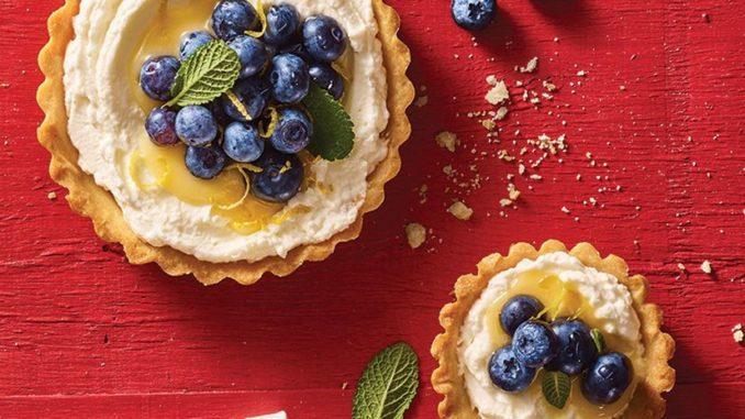 בקערת מיקסר מקציפים את גבינת המסקרפונה, השמנת, אבקת סוכר, תמצית וניל וגרידת לימון עד שמתקבל קרם יציב. צילום אוהד רומנו