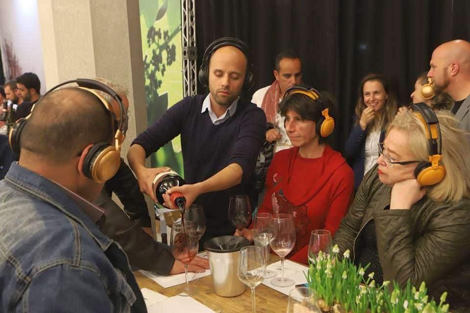 ג'וניור – רועי יניב בטעימה של יינות רמת הגולן. צילום מדף הפייסבוק