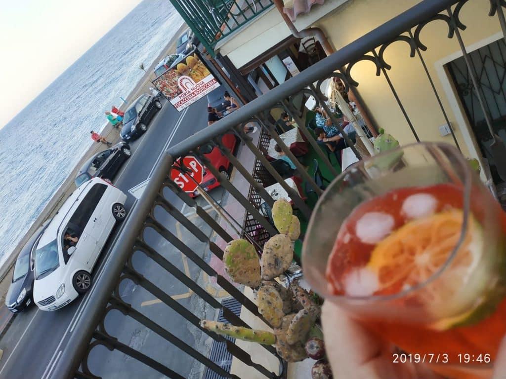 כה צילם וכתב זאב דוניה: בת ים - סיציליה. אם תסתכלו טוב, תראו את הבטלנים של פליני מאחור, נשענים על המעקה. ויש עוד המון פרטים קטנים, למטיבי ראות. ארץ אחרת