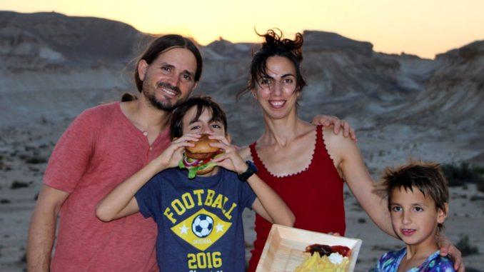 הילה ואסף בוקיש אושרו על ידי היבואן הרשמי של המוצר והחלו למכור את ההמבורגר הטבעוני בחנות הטבע האורגנית הממוקמת בכפר האמנים שביישוב צוקים. צילום אסף בוקיש