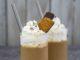 להכניס לתוך הבלנדר את החלב, קפה, גלידה ועוגיות. לטחון עד שמתקבל שייק במרקם חלק. צילום גלי איתן