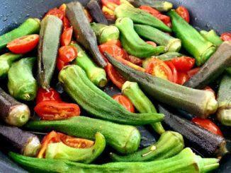חותכים לחצאים את עגבניות השרי ומוסיפים למחבת. משאירים על האש לעוד מספר דקות. צילום מירב מידן