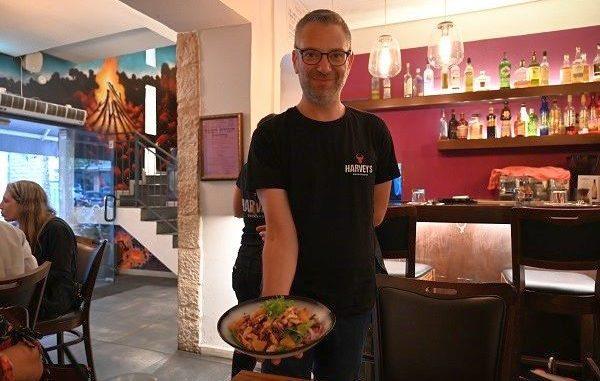 שף הרווי סנדלר יליד קנדה עלה בשנת 2010 מוונקובר. הוא סיים את לימודיו כשף בשנת 2002 ועם השנים הפך להיות המוביל בקייטרינג הכשר בוונקובר. צילום איריס לוי