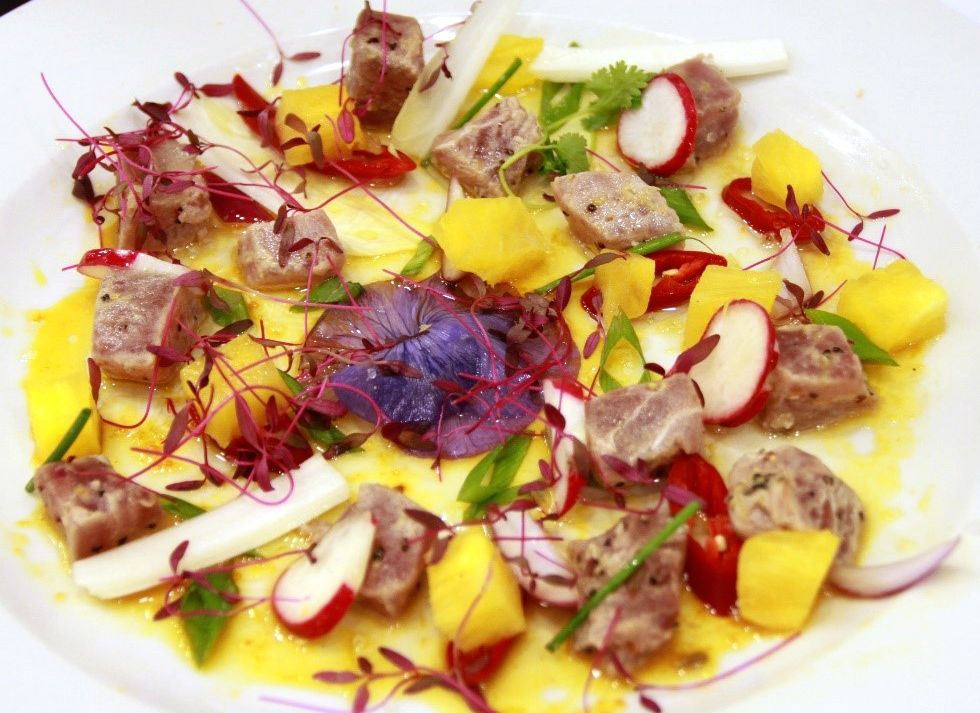 סביצ'ה דג טונה עם אננס טרי, צ'ילי וויניגרט תפוזים ולימון