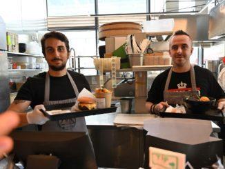 השף יובל בן נריה לקרוא לדוכן האוכל האיכותי שפתח לפני כשנתיים וחצי בשוק צפון בתל אביב מיאזאקי. השירות כאן מהיר ונעים. צילום איריס לוי