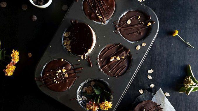 לאחר שהגלידה התקררה מספיק מלאו כל תבנית בשוקולד וקשטו את החלק העליון של כל תבנית