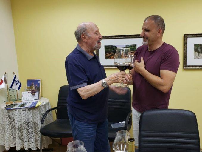 מימי ואלון – אוהבי יין ויקבים יצאו למסע בהמשכים כדי להתרשם מהבציר בעונה הלוהטת תרתי משמע של השנה. צילום אורנה צ'ילאג