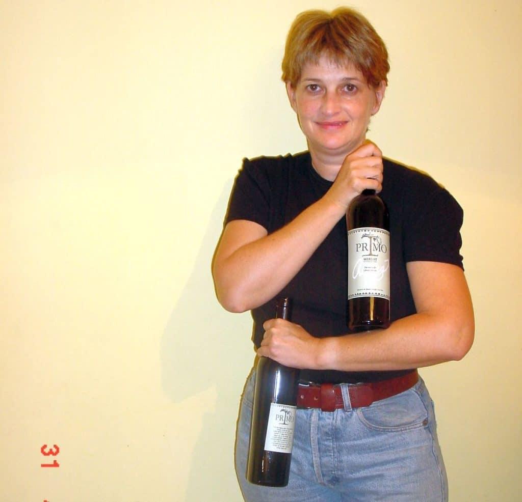 הכל קרה בגלל (או בזכות) דניאל רוגוב: אורנה צ'ילאג עם היין הראשון שלה - פרימו מרלו 1999. צילום יורם צ'ילאג