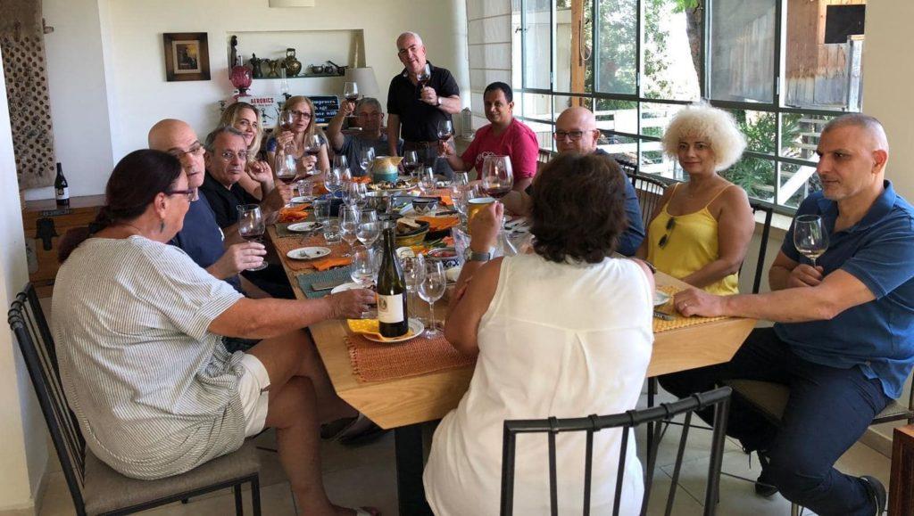 ביקור חברים במועדון של עופר יוכלמן ביקב אדם. צילום רוני לב