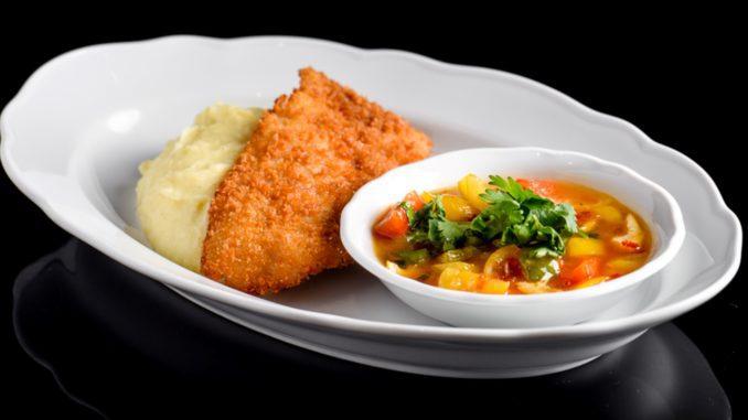 רצוי להגיש עם אורז לבן או פירה. מניחים את הדג על התוספת ואת הרוטב בקערית. צילום דן פרץ