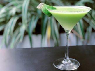 מוזגים את המשקה לשתי כוסות מרטיני או כוסות גבוהות אחרות. צילום חן שושן