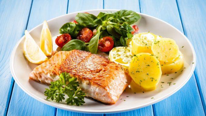 מניחים את הדג עם העור על המחבת. מתבלים היטב במלח ופלפל. צורבים את הדג מכל הכיוונים ומניחים במגש. צילום shutterstock