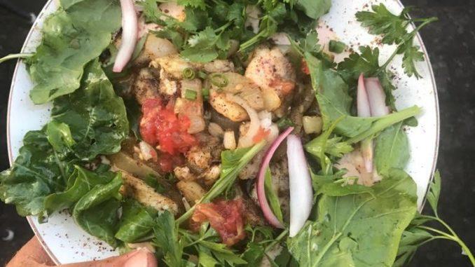 שווארמה מדג ים מוגשת עם מיקס עלים ובצלים צלויים, מיש לבנוני וחילבה שעברה תסיסה של 12 שעות