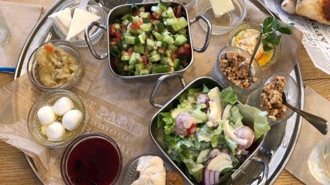 ארוחת הבוקר במסעדת לוקנדה בנצרת מפגישה מטבחים שונים על שולחן אחד. צילום כפיר גליקו