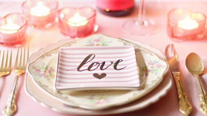 המסעדות מחכות לכן ולכם. בחלקן מנות מקוריות יותר ובכולן ישמחו להעניק ערב שייזכר. צילום pixabay