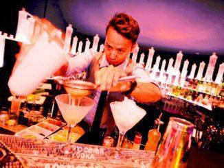 שגריר המותג הירמן אסנדי מסינגפור הנחה את הטעימה והכין קוקטיילים על בסיס הוודקה של המותג