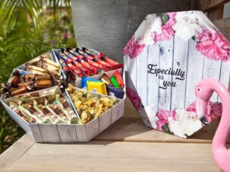 חבילות שי של ממתקים הן אחד מסממני ראש השנה, ונעים להיות בצד המקבל. אלה של היבואנית ליימן שליסל (כמו זו בתמונה) נארזות על ידי בעלי מוגבלויות בחברת המשקם. עוד טעם מתוק בפה. צילום עמית שטראוס