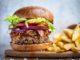 וואגיו פלאו משלב 250 גרם של המבורגר מבשר וואגיו ועליו קורנביף ואסאדו מפורק. לא ברור איך הלחמנייה מסתדרת עם הפלאו. צילום איתן וכסמן