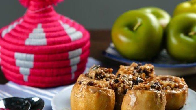 מערבבים בקערה את מרכיבי המלית – אגוזים טחונים, צימוקים, סילאן ומעט קינמון .ממלאים את התפוחים במלית ומוסיפים מעל סילאן. צילום ג'קי אזולאי