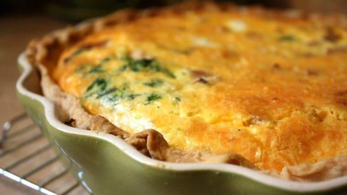 מוסיפים את הפטריות, התרד והעגבניות המיובשות לקערה ומערבבים. מתבלים בטימין, מלח ופלפל