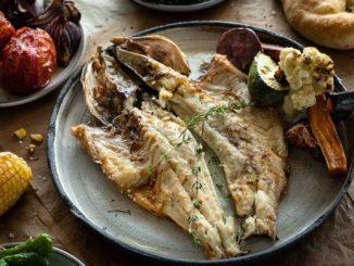 חומרים למנה אחת 2 יחידות פילה דג דניס ניתן לפלט את הדג או לקנות פילטים נקיים אופן ההכנה לשים את הדג על הגריל משני הצדדים למשך כ-2 דקות על כל צד. הרוטב – חומרים והכנה יוצקים ½ כוס יין לבן למחבת. מבשלים מעט. מוסיפים 2 כפות גדושות של חמאה. ממיסים את החמאה. שמים ½ כף שום כתוש, מלח ופלפל לפי הטעם ופטרוזיליה. מקפיצים את הכל ביחד על המחבת. יוצקים בעדינות על הפילה.