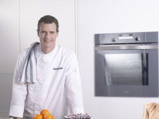 שף תום פרנץ אומר כי כשהמאפה מצטנן מעט חותכים פרוסות ומגישים עם גלידת וניל או קצפת מתוקה