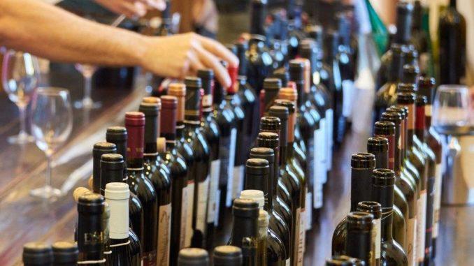 ממש ערב החג הזדמנות לטעום ולקנות מגוון יינות מהארץ ומהעולם בטווח רחב של מחירים. צילום ולדיסלב גומיק