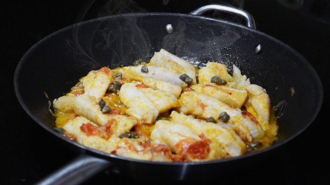 מניחים את הדגים ומכסים ברוטב. מבשלים עוד כ-15 דקות