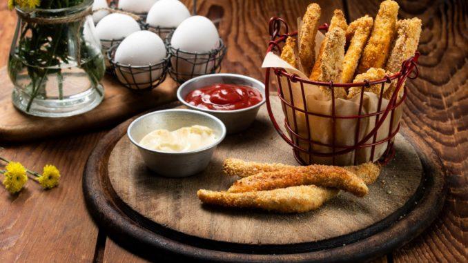 טובלים כל רצועת עוף בקמח, לאחר מכן בביצה ולבסוף בפירורי הלחם. צילום נמרוד סונדרס