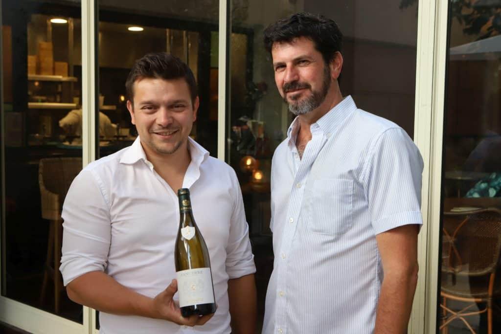 ארנו סאז'ה עם  טופז הורביץ - מנהל קטגוריית יין ואלכוהול בסקוטית מבית ישרקו. צילום דוד סילברמן